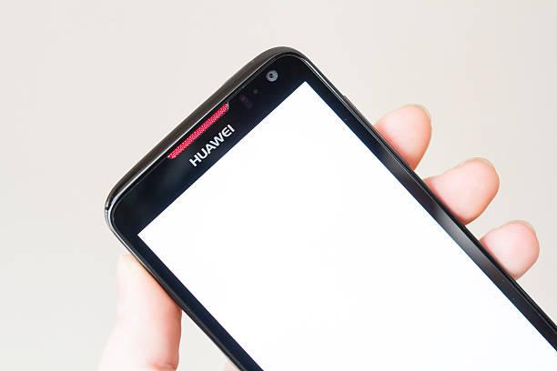 con un huawei smartphone - huawei foto e immagini stock