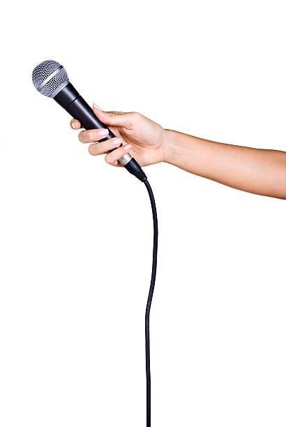 Hält ein Mikrofon – Foto
