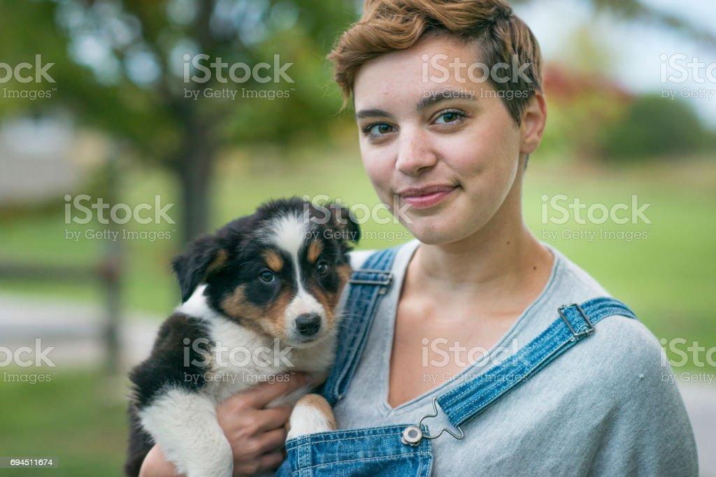 Sosteniendo un cachorro - foto de stock