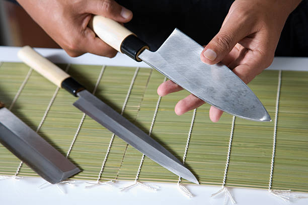 Eine Sushi-Messer hält – Foto