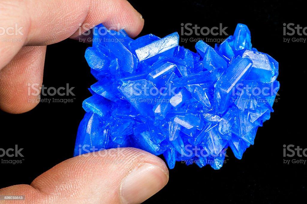 Retención Chalcanthite azul piedra de cristales de sulfato de cobre en negro foto de stock libre de derechos