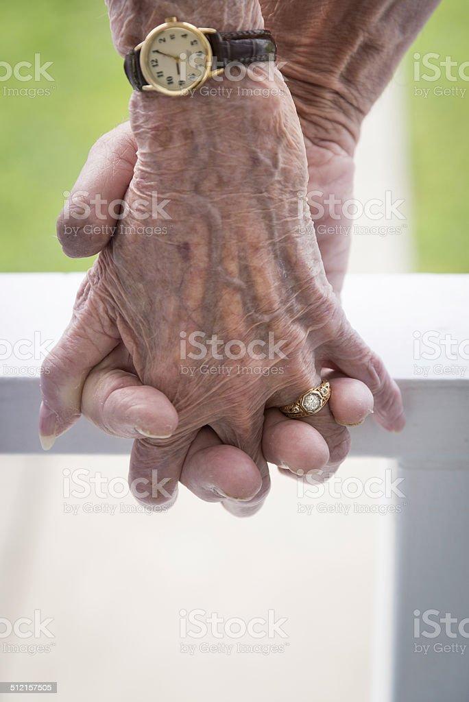 Hände halten eine ältere Paar – Foto