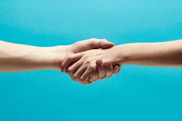 en se tenant les mains - se tenir par la main photos et images de collection