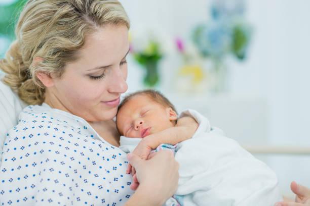 La mano de su recién nacido - foto de stock