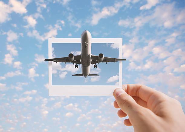 holding instant photo - himmel bilder stock-fotos und bilder