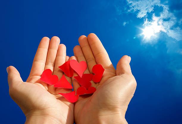holding liebe und hoffnung - zukunftswünsche stock-fotos und bilder