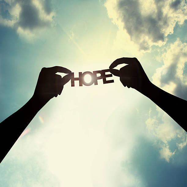 trzymając papier krój nadziei - nadzieja zdjęcia i obrazy z banku zdjęć