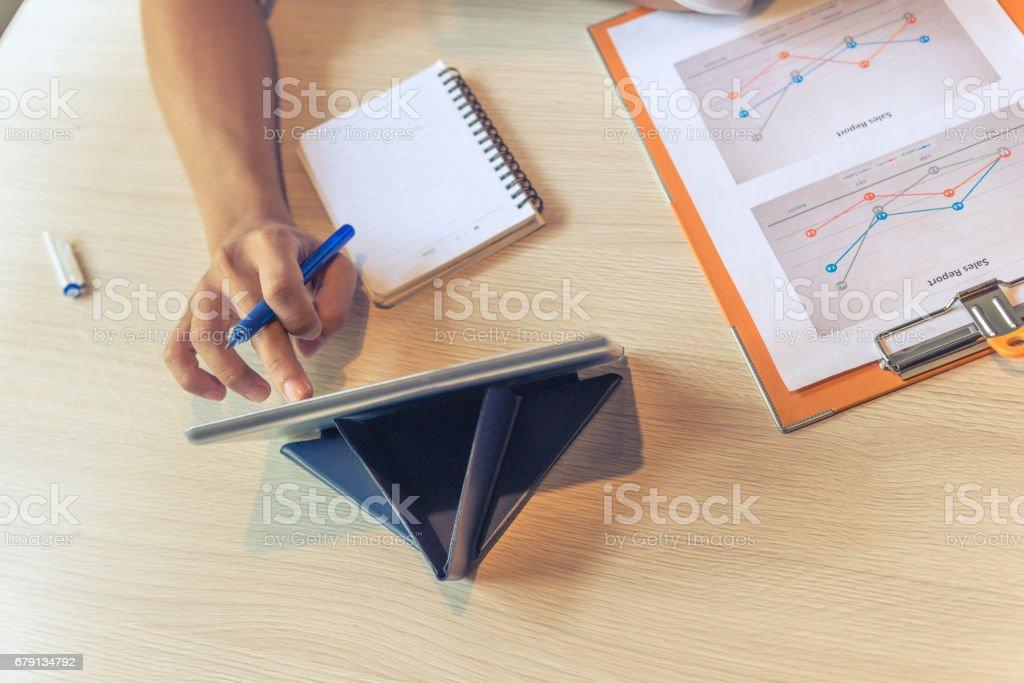 Tenant le crayon à la main et à l'aide de tablette pour rechercher des informations dans Internet photo libre de droits