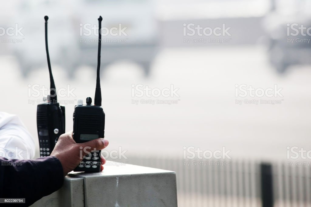 Halten Walkie-talkie - Lizenzfrei Ausrüstung und Geräte Stock-Foto