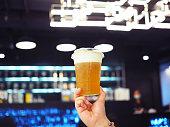 飾られた上に、伝統的な中国飲料抹茶クリーム チーズの泡の層とアイスウーロン茶 (wulong か呉長とも呼ばれます) のプラスチック ガラスを保持します。