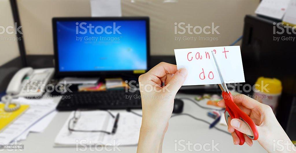 Sujeta la tarjeta con texto no hacer en desordenado escritorio foto de stock libre de derechos
