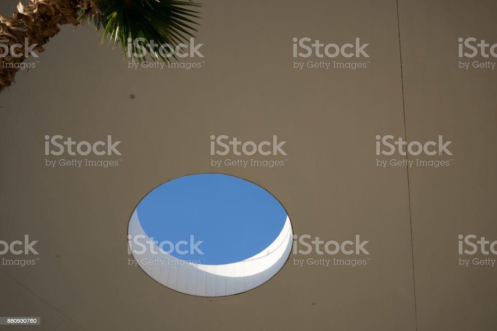 Photo De Stock De Trou Dans Le Plafond De Toit Avec Palm Et Bleu