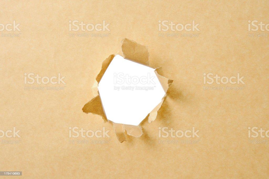 Hole in the brown Einwickelpapier vor weißem Hintergrund – Foto