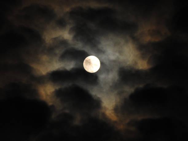 ein loch in den wolken - graf dracula stock-fotos und bilder