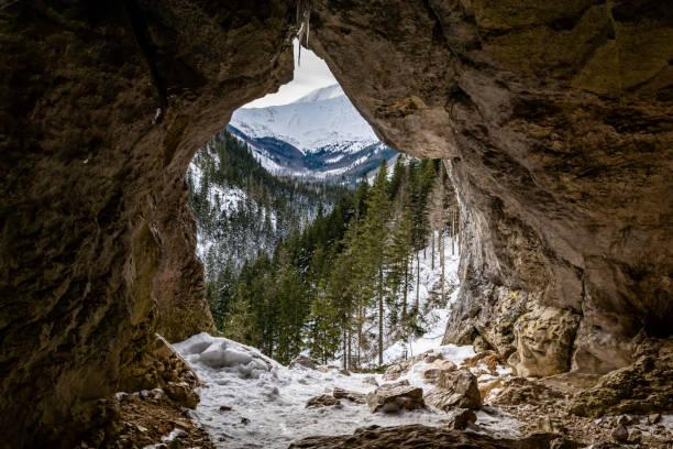 Delik (Pawlikowski's Window) Mylna Mağarası (False Cave) Batı Tatras Koscieliska Vadisi'nde, dağların kış manzara manzaralı, Polonya. stok fotoğrafı