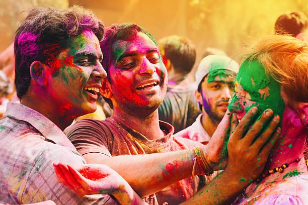 holi festival feiern in indien - indische gesichtsfarben stock-fotos und bilder