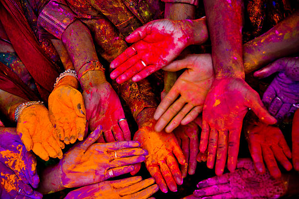 holi festivalhands in india - ceremonie stockfoto's en -beelden