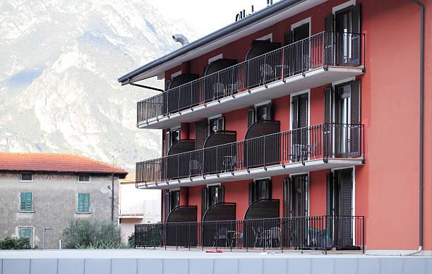 urlaubs-apartments, zum gardasee, italien - ferienhaus am gardasee stock-fotos und bilder