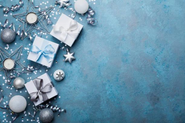 Urlaub-Hintergrund mit Weihnachten Dekoration und Geschenk-Boxen Ansicht von oben. Festliche Grußkarte. – Foto