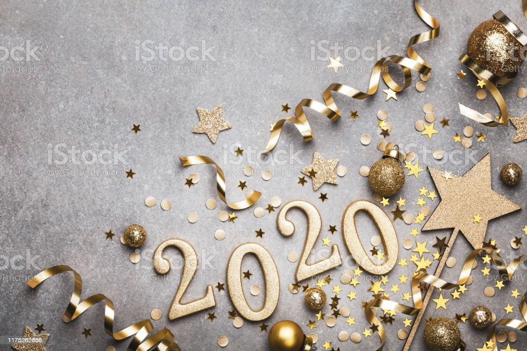 Holiday background with golden Christmas decorations and New year 2020 numbers and confetti stars top view. - Royalty-free 2020 Foto de stock