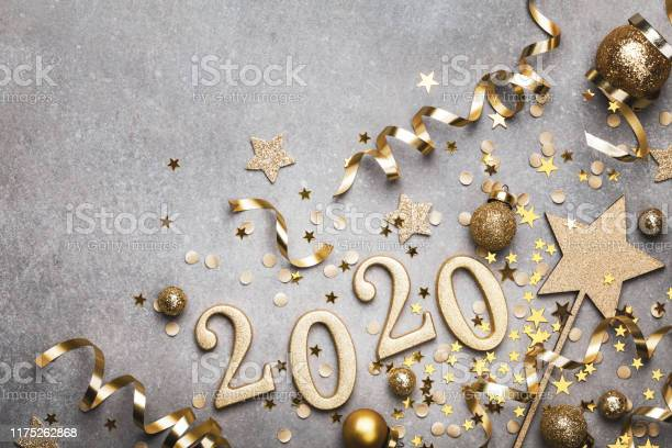Holiday Background With Golden Christmas Decorations And New Year 2020 Numbers And Confetti Stars Top View - Fotografias de stock e mais imagens de 2020