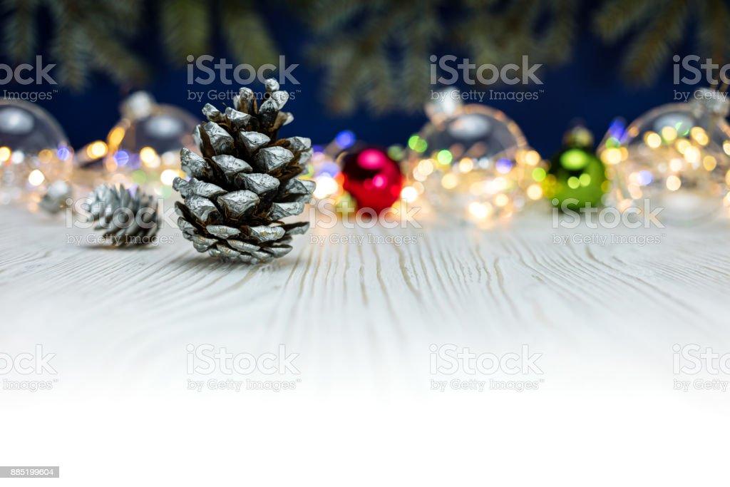 Weihnachtsbeleuchtung Tannenzapfen.Urlaubhintergrund Mit Tannenzapfen Glaskugeln Und Bunten