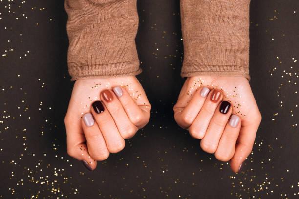urlaub schöne maniküre - herbst nagellack stock-fotos und bilder