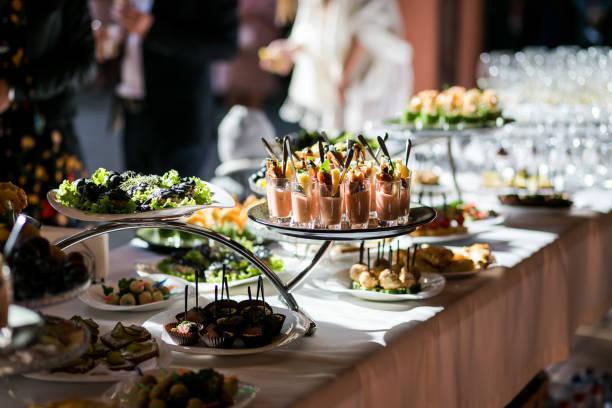 假日自助餐桌服務由不同的烤麵包, 三明治, 小吃準備好在餐館吃 - 開胃菜 個照片及圖片檔