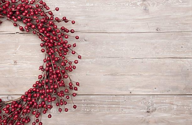 Noël berry couronne sur bois rouge Porte de grange rustique - Photo