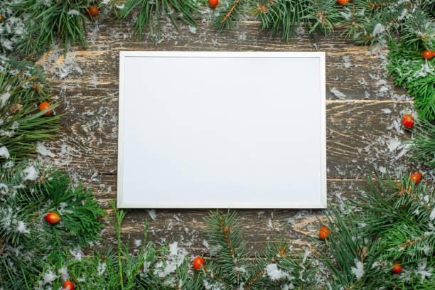urlaub weihnachten karte mit tanne und festliche dekorationen kugeln, sterne, schneeflocken auf holz hintergrund. weihnachts-vorlage für banner, ticket, flyer, karte, einladung, plakat - weihnachtskarte stock-fotos und bilder
