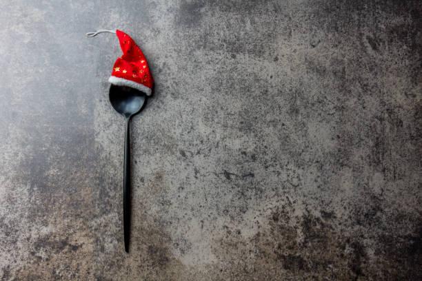 urlaub weihnachten essenskonzept hintergrund. weihnachts-menü-konzept. besteck löffel mit weihnachtsdekoration, stein hintergrund, textfreiraum - weihnachtsessen ideen stock-fotos und bilder