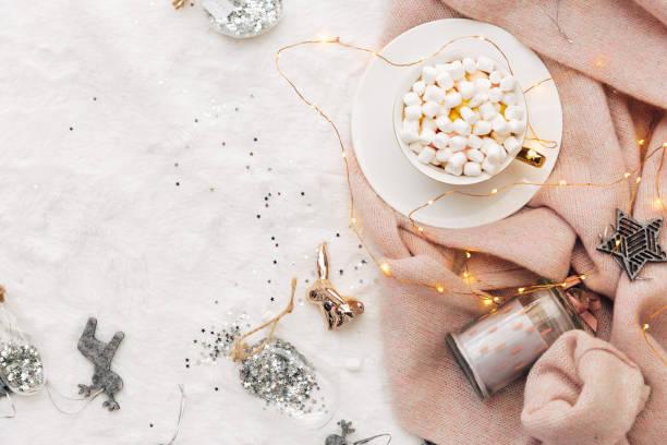 holiday koncept. christmas sammansättning. kopp varm choklad med marshmallow. varm stickad tröja på vit bakgrund. mysig lägenhet låg - cozy at christmas bildbanksfoton och bilder
