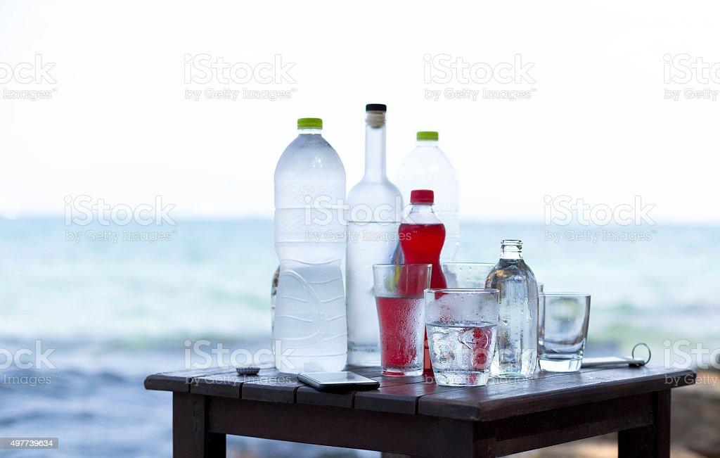 Conceito de férias de uísque garrafa de álcool na praia - foto de acervo