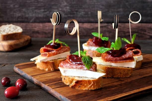 Brochettes de crostini de vacances avec sauce aux canneberges - Photo