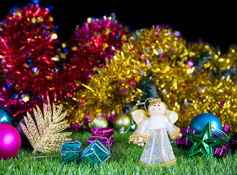 Holiday Decoration On Green Grass — стоковые фотографии и другие картинки Ёлочные игрушки
