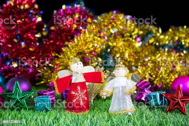 Праздничное Украшение На Зеленой Траве — стоковые фотографии и другие картинки Ёлочные игрушки