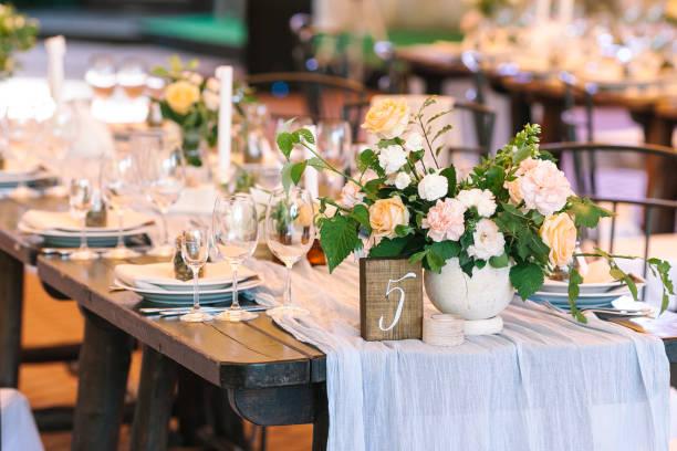 休日、興奮、概念を提供します。そのまま白い皿、明確な使い捨てからす、カトラリー、テーブルにバラ雪崩の豪華な青い背景 5 つの番号があります。 - 結婚式 ストックフォトと画像