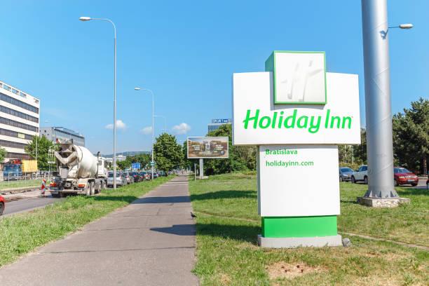 holiday inn board-schild an einer stadtstraße - bratislava hotel stock-fotos und bilder