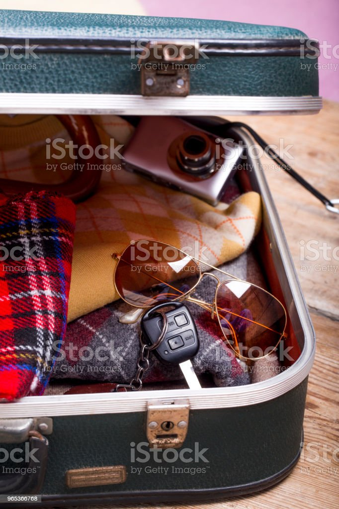 假日手提箱和配件。旅遊理念 - 免版稅圍巾 - 頸部衣飾圖庫照片