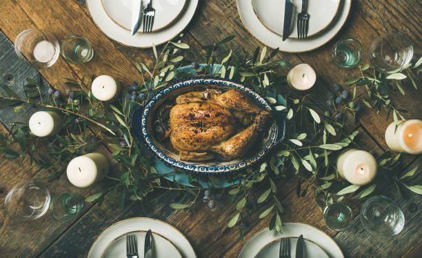 urlaub tisch einstellung für party, versammlung oder feier brathähnchen - italienischer weihnachten stock-fotos und bilder