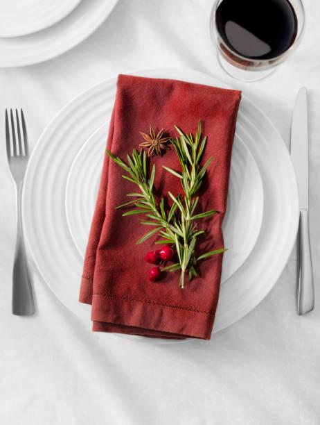 festliche tisch-anordnung - roten küchentische stock-fotos und bilder