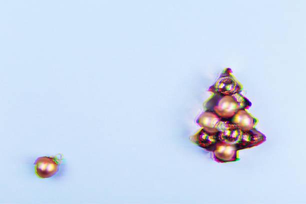 urlaub baum kupfer ausstecher voller roségold runden auf blauem hintergrund. urlaub, weihnachten und neujahr konzept. gemütlichen heimeligen details. glitch-effekt, bunte störend - dekoration rund um den fernseher stock-fotos und bilder