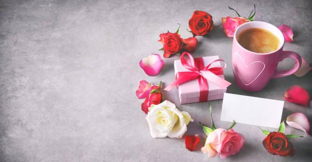 ferien-hintergrund mit kaffeetasse, geschenkbox, bunte rosen und nachricht - geburtstag vergessen stock-fotos und bilder