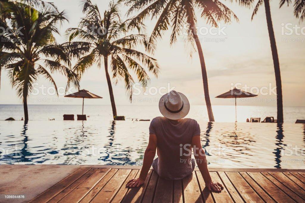 Tatil, turist lüks beach otel yakınındaki lüks yüzme havuzu rahatlatıcı. - Royalty-free Ada Stok görsel