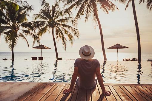 Tatil Turist Lüks Beach Otel Yakınındaki Lüks Yüzme Havuzu Rahatlatıcı Stok Fotoğraflar & Ada'nin Daha Fazla Resimleri