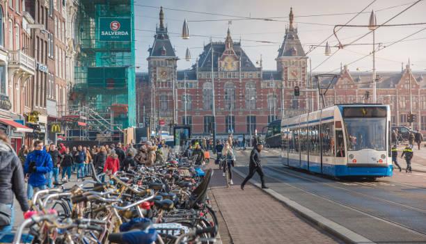holland nederland weergave. straat en amsterdam canal, fietsen en fietsers, woonboten, boten wonen. (ed) - keizersgracht stockfoto's en -beelden
