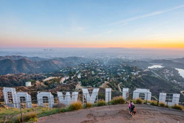hollywood-skylten och los angeles med vandrare - hollywood sign bildbanksfoton och bilder