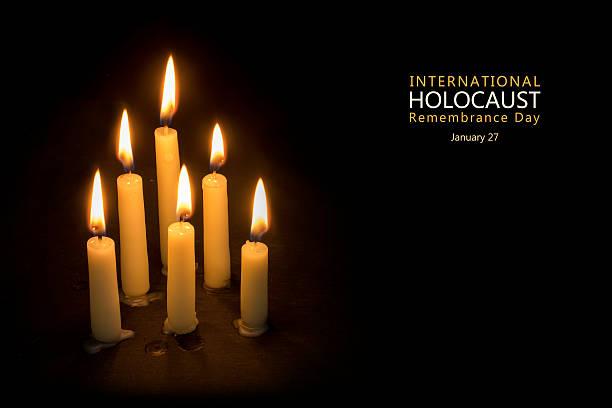 conmemoración de las víctimas del holocausto día, el 27 de enero velas contra negro - memorial day fotografías e imágenes de stock