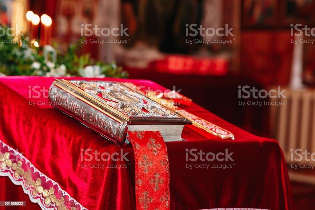 聖書、正教会の十字架がロシアの教会で式を洗礼のために準備 ストックフォト