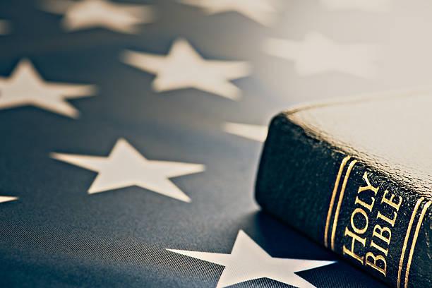 holy bibel mit amerikanischer flagge - freistaat stock-fotos und bilder